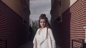 Retrato de la mujer de negocios acertada joven al aire libre almacen de metraje de vídeo
