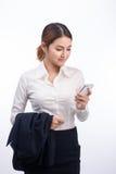 Retrato de la mujer de negocios asiática joven hermosa que usa el pH móvil Foto de archivo