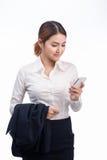 Retrato de la mujer de negocios asiática joven hermosa que usa el pH móvil Imágenes de archivo libres de regalías