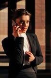 Retrato de la mujer de negocios con el móvil Imágenes de archivo libres de regalías