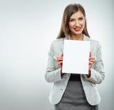 Retrato de la mujer de negocios de la sonrisa con la bandera blanca en blanco, tablero encendido Imagen de archivo