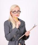 Retrato de la mujer de negocios de pensamiento en vidrios Fotos de archivo libres de regalías