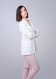 Retrato de la mujer de negocios elegante hermosa que presenta en estudio Fotografía de archivo