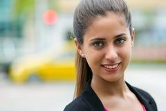 Retrato de la mujer de negocios en la calle con los coches y el semáforo Imagen de archivo
