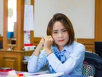Retrato de la mujer de negocios en oficina Foto de archivo