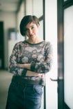 Retrato de la mujer de negocios en ropa casual en la oficina de lanzamiento Foto de archivo libre de regalías
