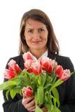 Retrato de la mujer de negocios joven con ramillete de flores Fotos de archivo