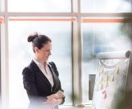 Retrato de la mujer de negocios joven en la oficina moderna Fotografía de archivo libre de regalías
