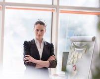 Retrato de la mujer de negocios joven en la oficina moderna Imagen de archivo