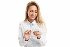 Retrato de la mujer de negocios joven hermosa que usa el teléfono móvil aislado en el fondo blanco Imagen de archivo libre de regalías