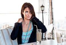 Retrato de la mujer de negocios joven linda mientras que bebe su cof del hielo Foto de archivo libre de regalías
