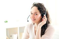 Retrato de la mujer de negocios joven que trabaja en casa Imagen de archivo libre de regalías