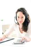 Retrato de la mujer de negocios joven que trabaja en casa Fotos de archivo libres de regalías