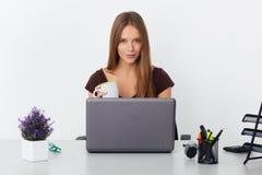 Retrato de la mujer de negocios joven que trabaja en su oficina Imagenes de archivo