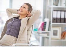 Retrato de la mujer de negocios relajada en oficina imagenes de archivo