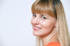 Retrato de la mujer de negocios sonriente feliz, sobre los vagos blancos Foto de archivo libre de regalías