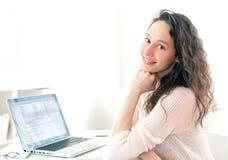 Retrato de la mujer de negocios sonriente joven en el trabajo Imagenes de archivo