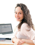 Retrato de la mujer de negocios sonriente joven en el trabajo Fotos de archivo