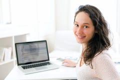 Retrato de la mujer de negocios sonriente joven en el trabajo Imagen de archivo