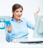 Retrato de la mujer de negocios sorprendida feliz en el teléfono en blanco de Fotografía de archivo