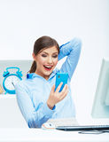 Retrato de la mujer de negocios sorprendida feliz en el teléfono en blanco de Imágenes de archivo libres de regalías