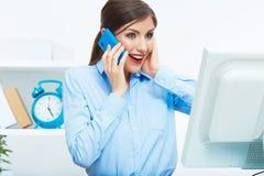 Retrato de la mujer de negocios sorprendida feliz en el tel?fono en blanco de Imágenes de archivo libres de regalías