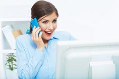 Retrato de la mujer de negocios sorprendida feliz en el teléfono en blanco de Foto de archivo libre de regalías