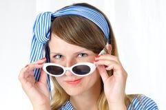 Retrato de la mujer de ojos azules agradable con las gafas de sol imágenes de archivo libres de regalías