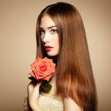 Retrato de la mujer de pelo oscuro hermosa fotos de archivo libres de regalías