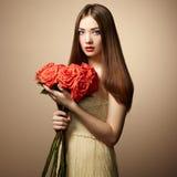 Retrato de la mujer de pelo oscuro hermosa fotografía de archivo