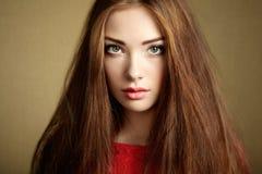 Retrato de la mujer de pelo oscuro hermosa imágenes de archivo libres de regalías