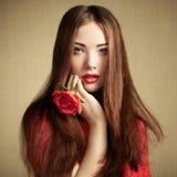 Retrato de la mujer de pelo oscuro hermosa imagen de archivo libre de regalías