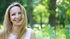 Retrato de la mujer de risa atractiva en parque outdoors almacen de video