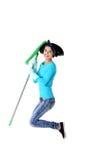 Retrato de la mujer de salto con una fregona Foto de archivo