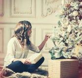 Retrato de la mujer del Año Nuevo cerca del árbol de navidad con las cajas de regalo Fotografía de archivo