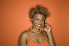 Retrato de la mujer del African-American con el teléfono celular. Foto de archivo
