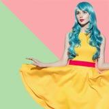 Retrato de la mujer del arte pop que lleva la peluca rizada azul Foto de archivo libre de regalías