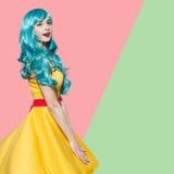 Retrato de la mujer del arte pop que lleva la peluca rizada azul Fotografía de archivo libre de regalías