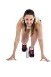 Retrato de la mujer del atleta en listo a la posición de funcionamiento Fotos de archivo libres de regalías