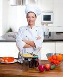 Retrato de la mujer del cocinero en la cocina Fotos de archivo