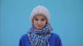 Retrato de la mujer del invierno al aire libre Nieve que cae en cantidad estupenda de la cámara lenta 180fps HD almacen de metraje de vídeo