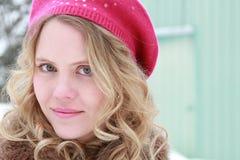 Retrato de la mujer del invierno de la boina de la frambuesa Imagenes de archivo