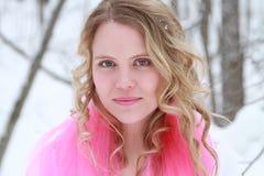 Retrato de la mujer del invierno de las rosas fuertes Imagen de archivo libre de regalías