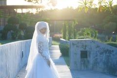 Retrato de la mujer del Islam en el vestido de boda blanco fotografía de archivo libre de regalías