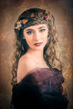 Retrato de la mujer del otoño que mira sobre su hombro Imagen de archivo libre de regalías