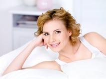 Retrato de la mujer del smilin que se relaja foto de archivo