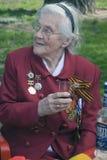 Retrato de la mujer del veterano de guerra Ella sostiene las flores Fotos de archivo libres de regalías