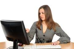 Retrato de la mujer delante de su ordenador Imágenes de archivo libres de regalías