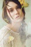 Retrato de la mujer detrás de la pantalla con las flores secadas Fotos de archivo libres de regalías