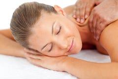 Retrato de la mujer dormida que disfruta de un masaje Imágenes de archivo libres de regalías